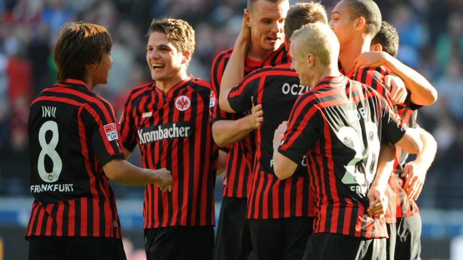 Die Frankfurter Festspiele gehen weiter: Nach dem 2:1 gegen Freiburg haben die Spieler der Eintracht Frankfurt allen Grund zum Jubeln.