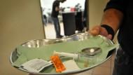 Besteckausgabe: Vor 20 Jahren eröffnete der erste Druckraum in Frankfurt. Dort können Drogensüchtige unter Aufsicht Heroin konsumieren und erhalten neue Spritzen.