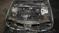 Nicht nur in Berlin sind Fahrzeuge wie dieses in Flammen aufgegangen - seit August brennen regelmäßig Autos auch in den nördlichen Stadtteilen Frankfurts