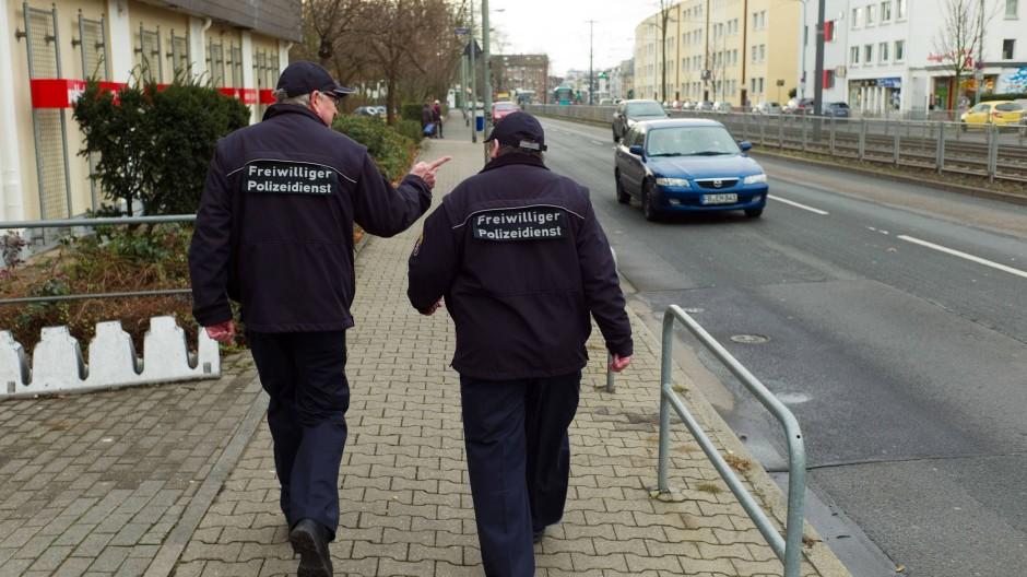 Auf Streife: In Frankfurt sind ebenfalls freiwillige Polizeihelfer im Dienst.