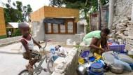 """Was vom Hause übrigblieb: eine Bewohnerin von Canapé Vert und ihr Sohn in ihrer """"Küche""""."""