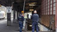 Tatort: An Heiligabend 2015 stehen Polizisten auf einem abgesperrten Bahngleis in Herborn.