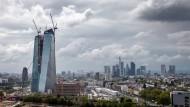 Die Wacht am Main:Die Europäische Zentralbank soll künftig von Frankfurt aus Banken in der ganzen Eurozone überwachen. Im Neubau im Ostend dürften die Aufseher aber nicht genug Platz haben. Wo sie stattdessen hinziehen könnten, wird in der Stadt schon eifrig diskutiert.