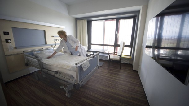 Krankenbett mit Skyline-Blick