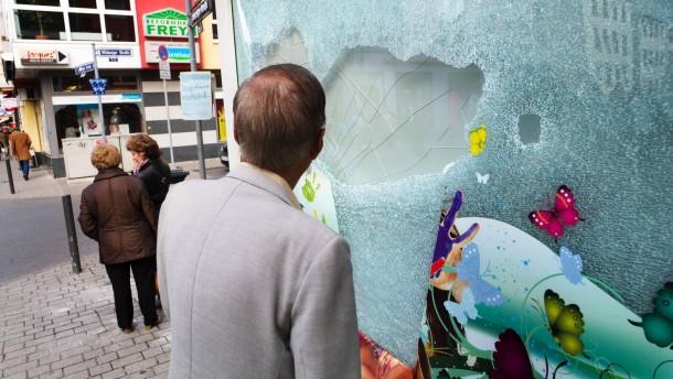 Aufräumarbeiten - Bei den geewalttätigen Ausschreitungen während der Demonstration gegen Kapitalismus am 31. März 2012 gab es erhebliche Sachbeschädigungen.