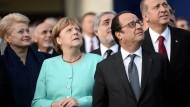 Angela Merkel, Francois Hollande und andere Staatschefs beobachten Kampfjets beim Nato-Gipfel in Warschau.
