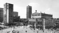 Hochhausstadt Frankfurt: Klaus Meier-Udes Foto aus dem Jahr 1985 zeigt den Opernplatz mit Zürich-Haus, SGZ-Hochhaus und Alter Oper.