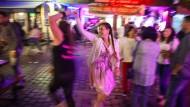 Ein Tänzchen auf Kopfsteinpflaster: Alkoholbedingt ähnlich verschwommen dürften auch einige Passanten diese Szene auf der Kleinen Ritterstraße wahrgenommen haben.