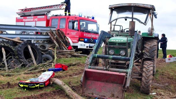 Landwirt tagelang unter Traktor eingeklemmt