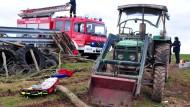 Bauer überstand auch Nächte um den Gefrierpunkt: Am Samstag war ein Landwirt unter seinen Traktor geraten und konnte sich nicht selbst befreien.
