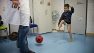 Fußball im Behandlungszimmer: Bei seinem Arzt Ulf Hustet darf der kleine Cem sich mit einem Schaumstoffball austoben.