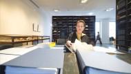 """Zwei Regale, viele Erinnerungen: Sigrid Sigurdsson in der """"Bibliothek der Alten""""."""