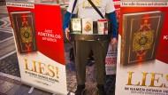 Umstritten: Koran-Verteilung durch Salafisten - hier ein Bild vom November 2014 in Frankfurt