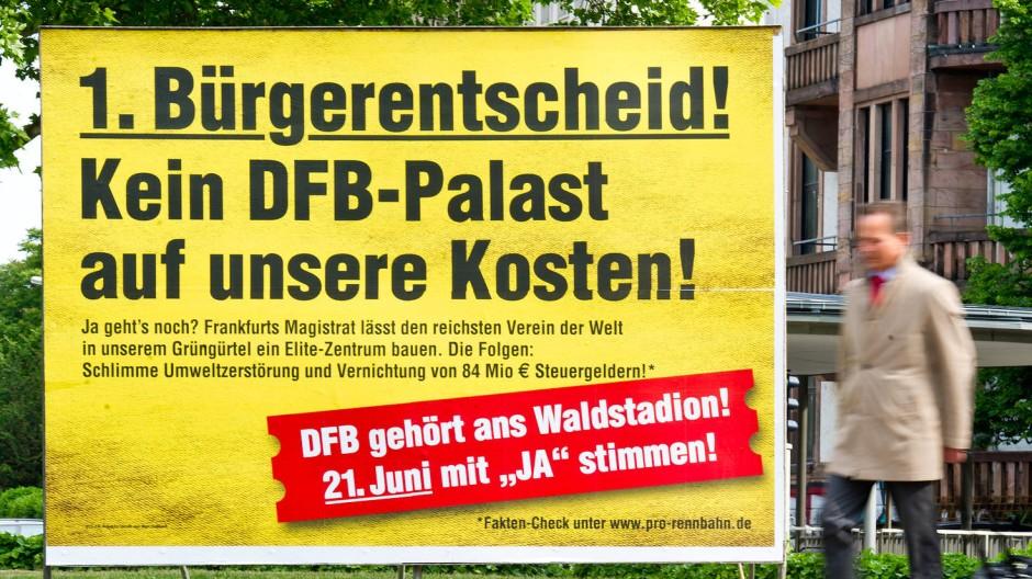 Plakativ: Die Rennbahn-Initiative warb mit grellen Plakaten und markigen Sprüchen um Zustimmung. Dafür wurde sie teils heftig kritisiert.
