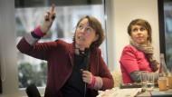 Las schon 2013 bei den Sonntagsgeschichten und ist nun wieder dabei: Alexandra Maxeiner, hier neben llustratorin Anke Kuhl (rechts)
