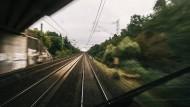 Betonplatten und Mann auf Gleisen stoppen Züge