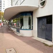 Besondere Architektur in der Ernst-May-Siedlung: Straßenansicht des Ladenhausblocks Hadrianstrasse.