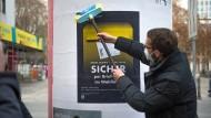 Stimmenfang: Der Frankfurter Stadtrat Jan Schneider plakatiert selbst.