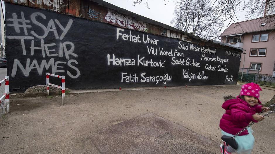 Say their names: An der Wand eines Jugendzentrums in Hanau stehen die Namen der Opfer von Tobias R..