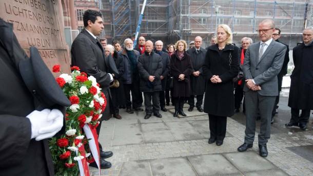 Holocaust-Gedenkveranstaltung - In der Frankfurter Paulskirche wird der Opfer des Nationalsozialismus mit einer Gedenkstunde gedacht. Anschließend wird am Mahnmal für die Opfer der Gewaltherrschaft ein Kranz niedergelegt.