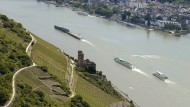 Schon anzusehen: Blick auf die Ruine Burg Ehrenfels im Rheingau und über den Rhein nach Bingen.