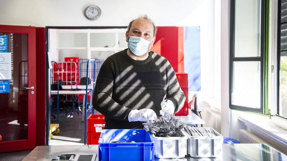 """""""Hier fühle ich mich sicher"""": Güderet Isik in der Besteckwerkstatt der EVIM in Wiesbaden."""
