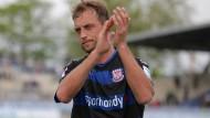 Nicht begeistert: Björn Schlicke stimmt dennoch allem zu, was Trainer Möhlmann empfiehlt.