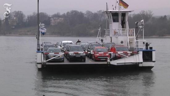 Mit dem Schiff geht es auch über den Rhein