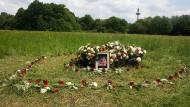 Blumen am Tatort: Auf dieser Wiese wurde vor einer Woche die Leiche von Irina A. gefunden.