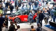 Farbklecks: Elektroautos wie dieser i3 s von BMW in Halle 11 ziehen durchaus Blicke auf sich - auch dann, wenn sie weniger auffällig lackiert sind