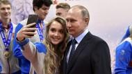 Zwischen Selfie und Selbstanklage: Staatspräsident Wladimir Putin beim Besuch der Universiadebewerbung