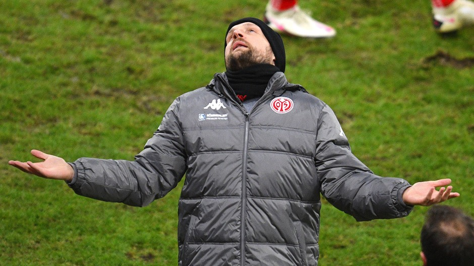 Was zum Himmel ist hier los? Mainz-Coach Bo Svensson wundert sich über die Fußball-Welt.
