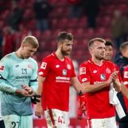 Niedergeschlagene Mainzer Profis: Gegen den SC Freiburg kam die Aufholjagd zu spät.
