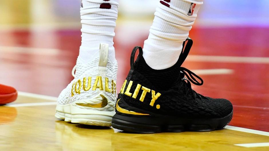 Schuh Protest von NBA Star LeBron James gegen Donald Trump