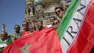 Fans aus Marokko und Iran freuen sich in St. Petersburg auf den WM-Start ihrer Teams.