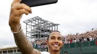 Selfie mit den Fans: Lewis Hamilton in Silverstone.