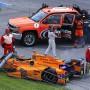 Aus dem Rennfahrer wird ein Fußgänger: Fernando Alonso nach seinem Aus.