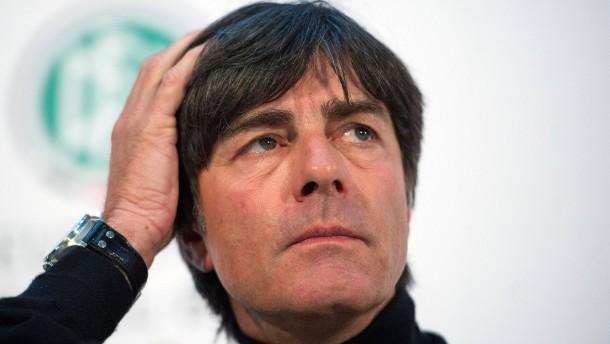 Bundestrainer Joachim Löw muss das 4:4 gegen Schweden aufarbeiten - aber muss auf etliche Spieler ve