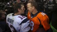Zwei Legendem im Zwiegespräch: Tom Brady gratuliert Peyton Manning (r.)
