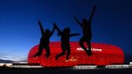 Luftsprünge vor der Münchner Arena: Zwanzig Prozent der Plätze dürfen belegt werden
