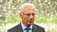 """""""Heute geht's mir dank der Kunst der Ärzte wieder gut, ich möchte sogar sagen richtig, richtig gut"""": Franz Beckenbauer."""