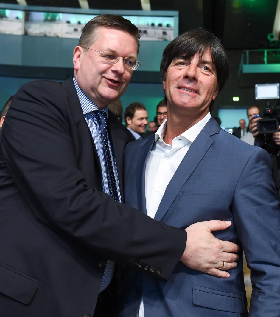 Auch Bundestrainer Joachim Löw (rechts) gratulierte zur Wahl am Freitag.