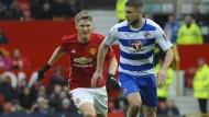 Im Einsatz: Bastian  Schweinsteiger (links, gegen Joey van den Berg) durfte im Pokal für Manchester United gegen Reading auflaufen