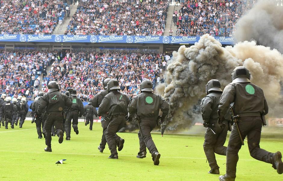 Ein Bild des Abstiegs: Chaoten entladen ihren Frust in einer Böller-Show, der Großteil der Fans im Stadion pfeift auf sie.
