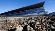 Mehr Buckelkpiste als Asphalt: Die Haupttribüne der Rennstrecke von Sotschi ist noch im Bau