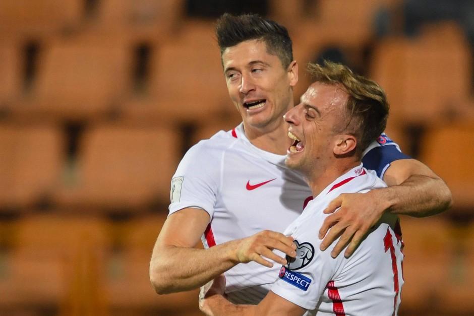 Lewandowski trifft, Mitspieler Grosicki  jubelt: Polen ist der WM sehr nah