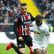 Frisuren-Contest gewonnen, Spiel verloren:  Leipzigs Nordi Mukiele kämpft mit Eintracht Frankfurts Sebastian Rode (links) und Filip Kostic um den Ball.