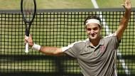 Gruß zum Schluss: Federer genießt die Ovationen in Halle.