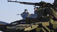 Bestens ausgerüstet: prorussische Rebellen an einem Checkpoint nördlich von Luhansk