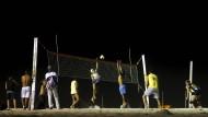 Gesundes Desinteresse: An der Copacabana spielen die Brasilianer lieber selbst Volleyball